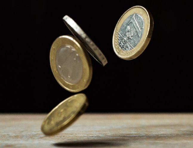Monety opadające na stół, dofinansowanie UE