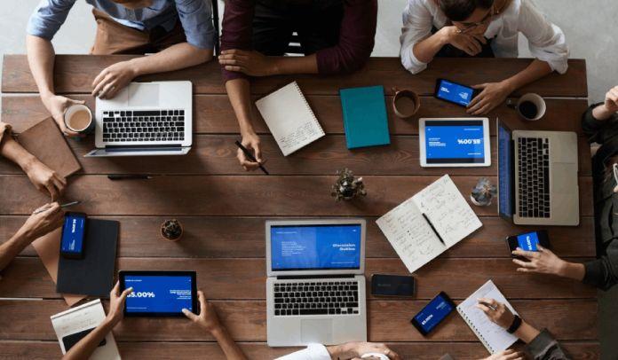Grafika prezentująca zespół podczas pracy nad zarzadzaniem innowacyjnością.