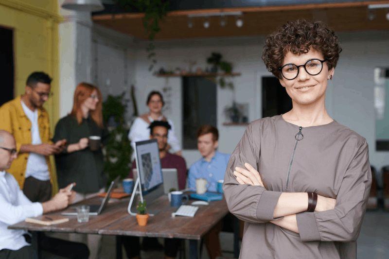 Kobieta wraz z zespołem, zarządzanie innowacyjnością